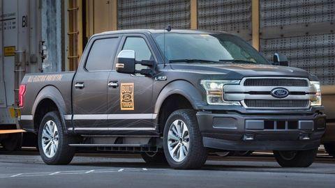 Elektrický Ford Pick-up utiahol 10 vagónov