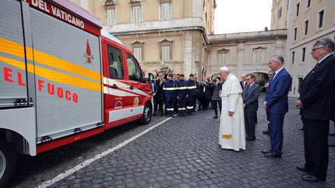 Pápež František požehnal nový TGE vatikánskych hasičov