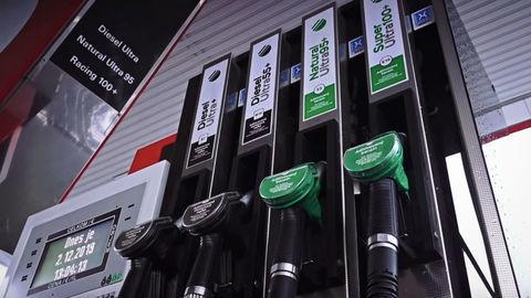 Cena ropy padá, o chvíľu ju nebude kde skladovať. Klesá aj cena palív?
