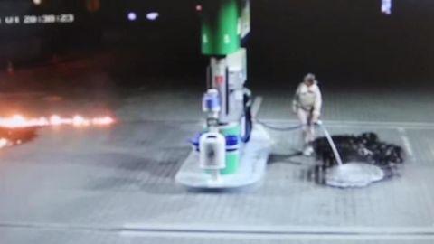 Šialená žena na pumpe v Nitre rozliala benzín, následne ho zapálila!