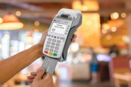 Объем операций по банковским картам россиян сократился на 30% – Ассоциация «Электронные деньги»