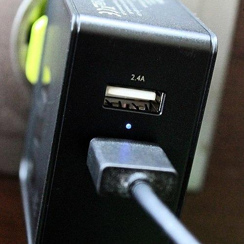 شما لازم نیست به اندازه کافی شارژر? Predlagayu شما یک شارژر USB با دو ورودی است که یکی از آنها پشتیبانی از شارژ سریع یک چیزی که لازم است در خانه***