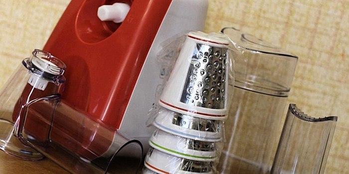 با خیال راحت و به سرعت رنده سبزیجات و میوه ؟ به راحتی و بدون آسیب رساندن به انگشتان دست خود را! برق اهنی Kitfort CT-1318 - سرد و در دسترس دستیار.