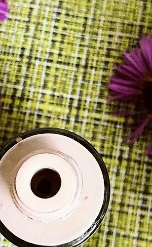 Creme mit einem angenehmen Aroma, das gleicht den Teint und hat eine angenehme textur. Aber nicht geeignet für jede Haut.