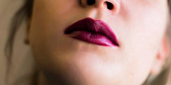 Памада Yves Rocher Grand Rouge у адценні 23 violet profond. Я не ведаю чаму, але з ёй адразу адчуваеш сябе фатальнай жанчынай, такой брутальнай дамай))) Фота.