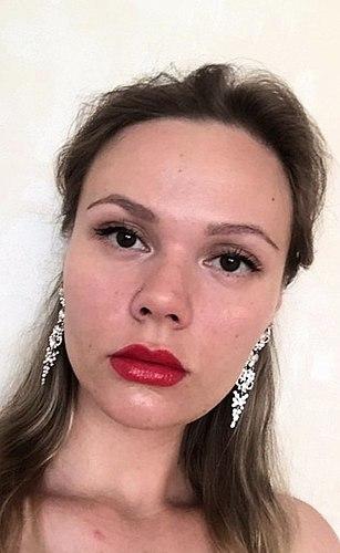 Farbton dem zu Ehren benannt ist der Lippenstift Joli Rouge 742. Tipps zur Anwendung. Sehr viele Fotos aus allen Blickwinkeln und bei unterschiedlichen Lichtverhältnissen.