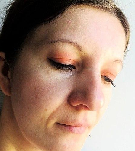 Świetna matowa szminka MOART Velvet Lipstick w odcieniu Т04 Ready to Die. Środki ostrożności, malowanie, odporność, demakijaż, itp.