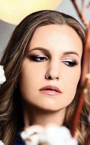 该意见的一个化妆师。 没有钱劳拉*梅西或促棕色? 影铅笔眼专业的亲吻,纽约豪华眼蜡笔完美的,将取代他们。 粉红色调和榛子。 组成。