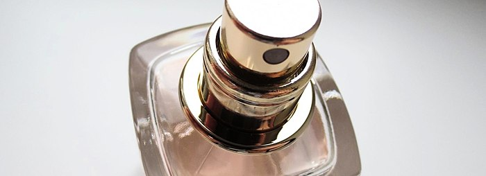 Si Eau de Toilette - erős, kitartó, gazdag felfedezni minőségi hangzó íze. Is tart egy kis összehasonlítás a klasszikus illatos víz Si. Miben különböznek?