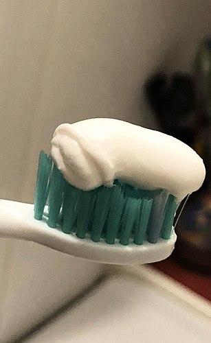 Wann een e wéineg Rou vun der negativen Reaktioun vun der empfindlechen Mundschleimhaut op aggressiv Zahnpasten.