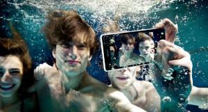 Cмарфтон Sony Xperia ZR снимает под водой в формате FullHD