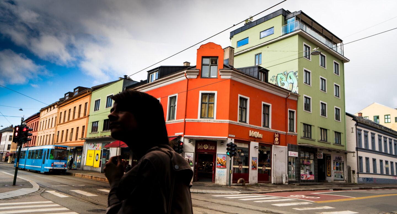 Bilde av kvinne i et veikryss på Grunerløkka i Oslo. Ansiktet er anonymisert. Bilde