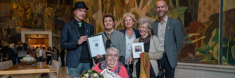 Beborere og ansatte i Kirkens Bymisjon under tildelingen av seniorprisen