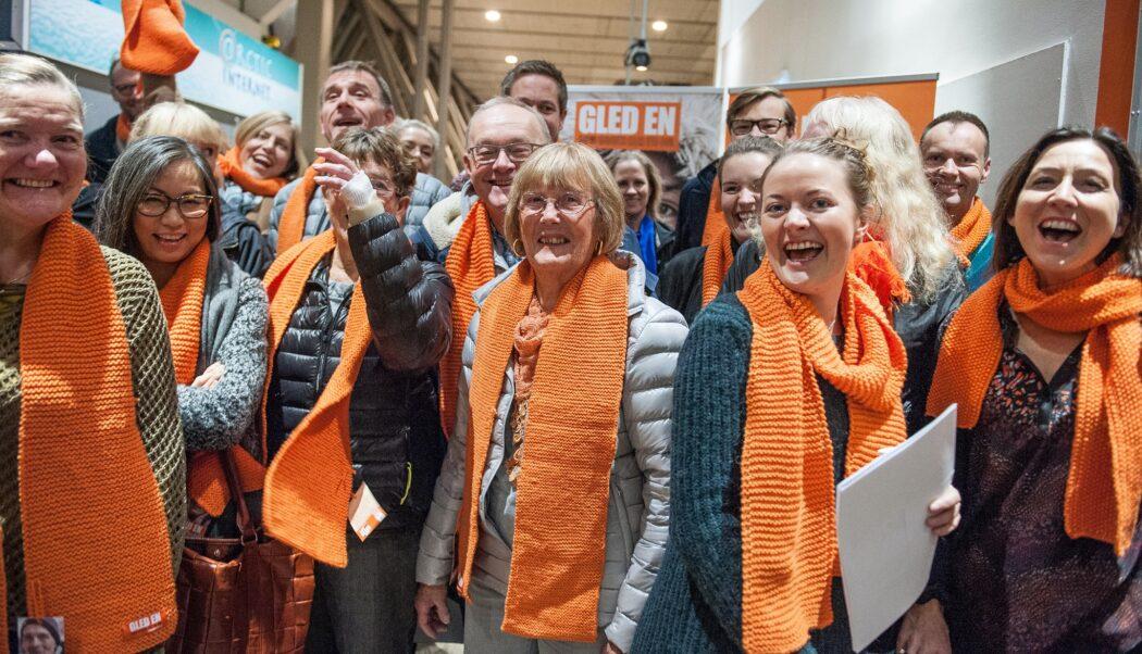 Mennesker med oransje skjerf