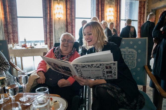 Inga Marte Thorkildsen og Anny Solheim fra Sofienberghjemmet leser i Annys bok.