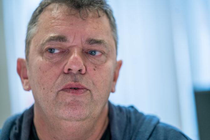 Nærbilde av Trond Henriksen. Trond Henriksen har kort hår, blå øyne og har her på seg en blå genser.