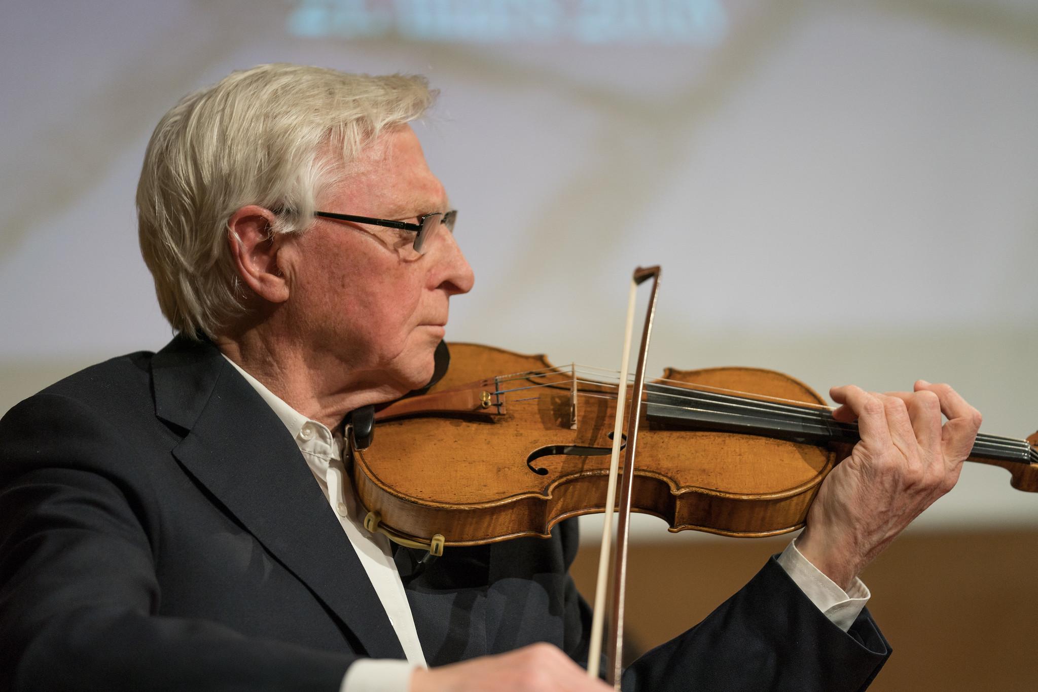 Fiolinist Arve Tellefsen spiller under Unge hjelper unge-konserten på Barratt Due musikkinstitutt, der inntektene går til Kirkens Bymisjon.