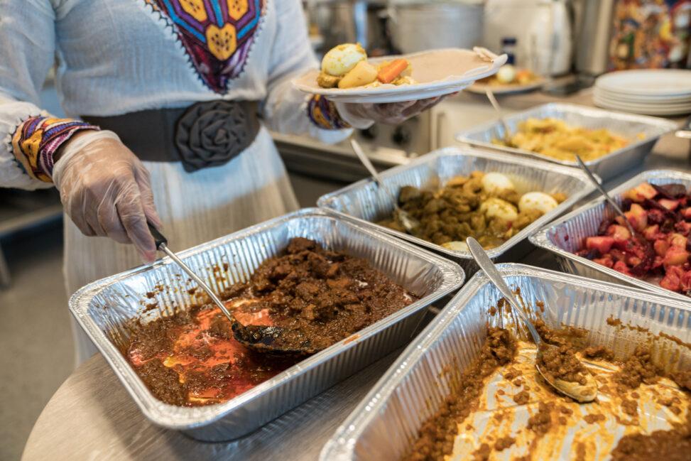 """Papirløse """"Salam"""" serverer mat på Kirkens BYmisjons kafe i Bodø."""