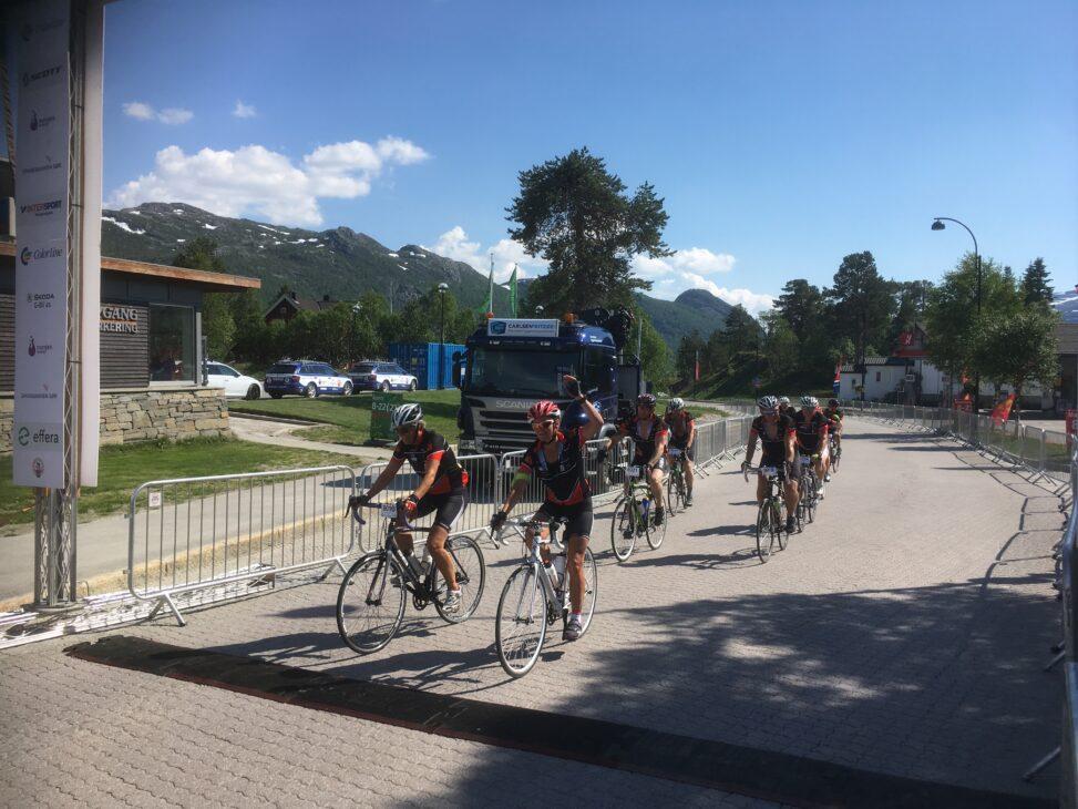 Bilde av gruppa som på sykkel går over målstreken på Hovden.
