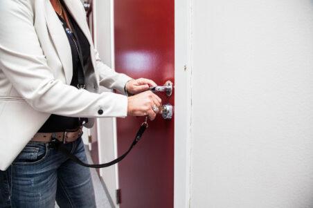 Døra til besøksrommet låses når du er på besøk.