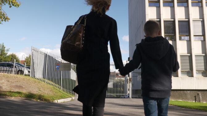 mor og barn på vei til fengsel