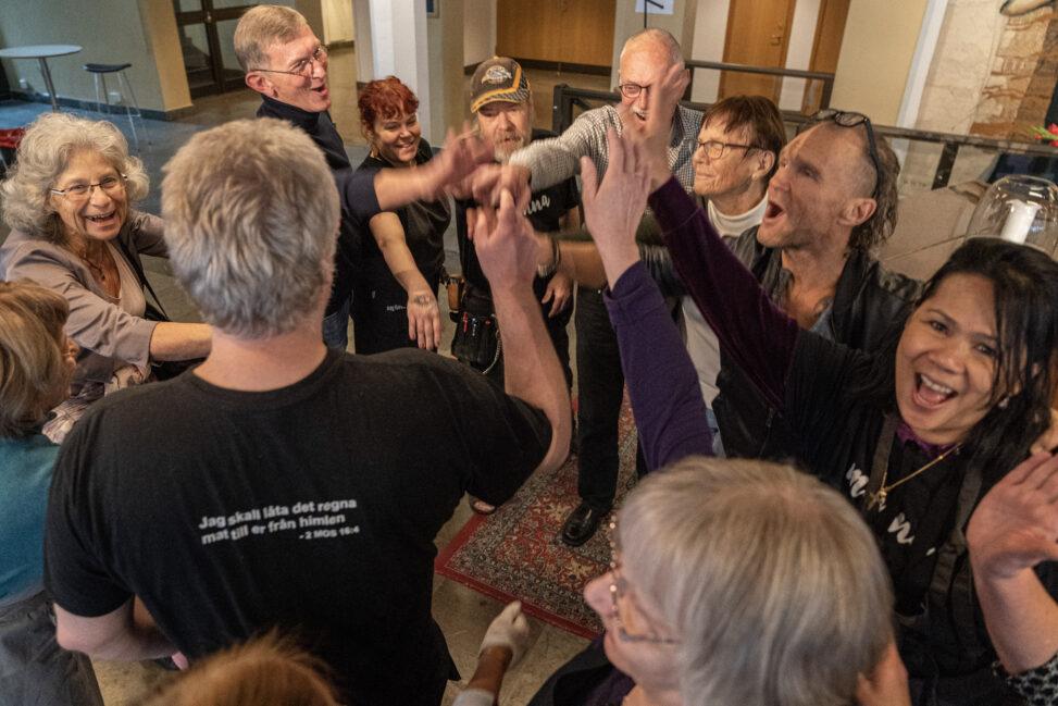 Tomas Sjödin og frivillige i Smyrnakyrkan samles før dagens økt med matutdeling