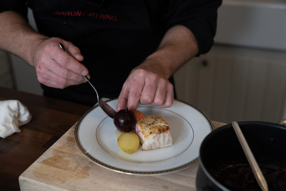 Erling Sundal tilbereder juletorsk med tilbehør for Magasinet BY sine lesere, men sier han ikke er sikker på om det er det han skal servere i år på Kafe Møtestedet