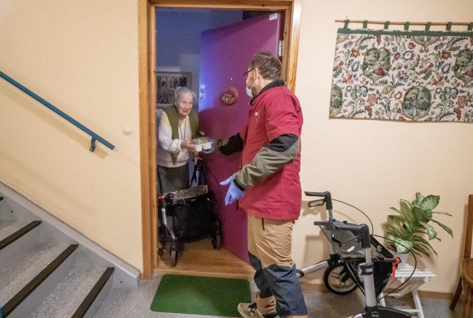 102 år gamle Janna får mat på døra