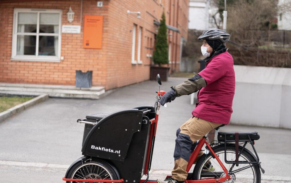Atle Jensen sykler med middag fra Kirkens Bymisjon