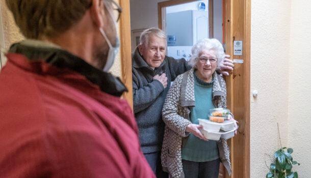 Astrid og Stig Otto får maten hjem på døra i disse koronatider