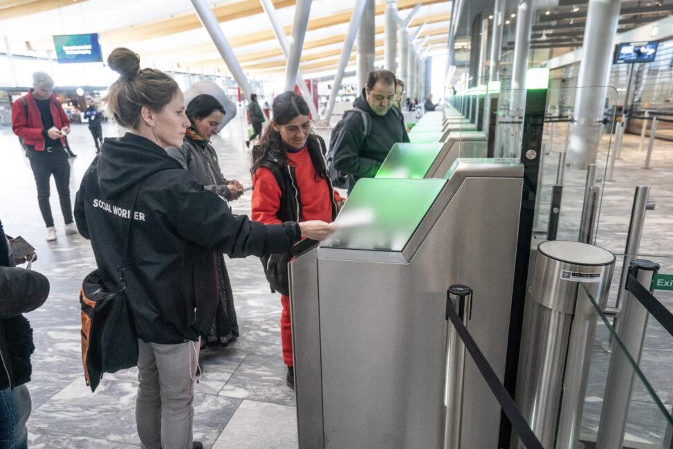 Tilreisende fra Romania sjekker inn på Gardermoen