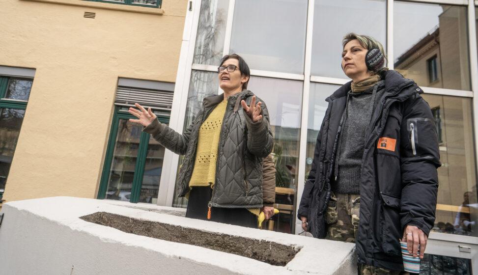 Marit Nybø fra Tøyenkirken informerer om flyet som skal ta tilreisende hjem til Romania etter utbruddet av korona-virus i Norge