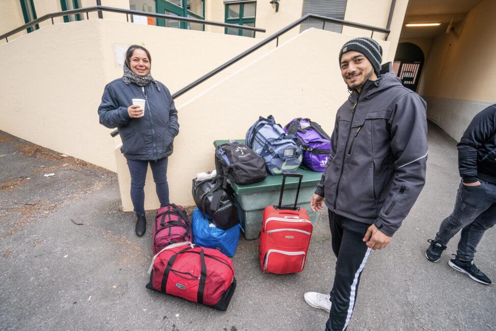 Bahica Ionet (19) og moren Bahica Nadia venter i bakgården hos Kirkens Bymisjon på å reise hjem til Romania på grunn av korona-viruset