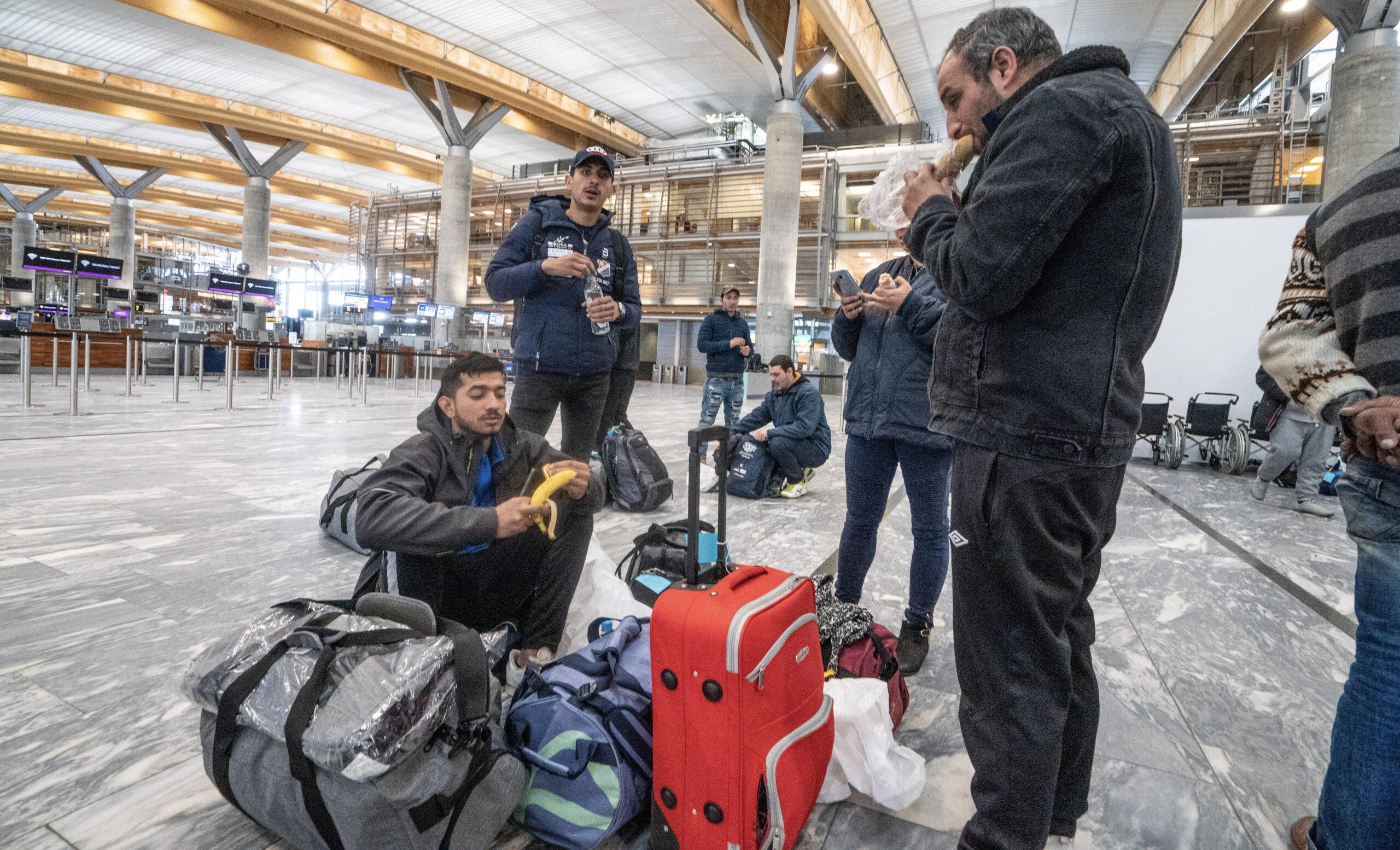 En familie fra Romania venter på at flyet skal ta dem tilbake til hjemlandet fra Gardermoen