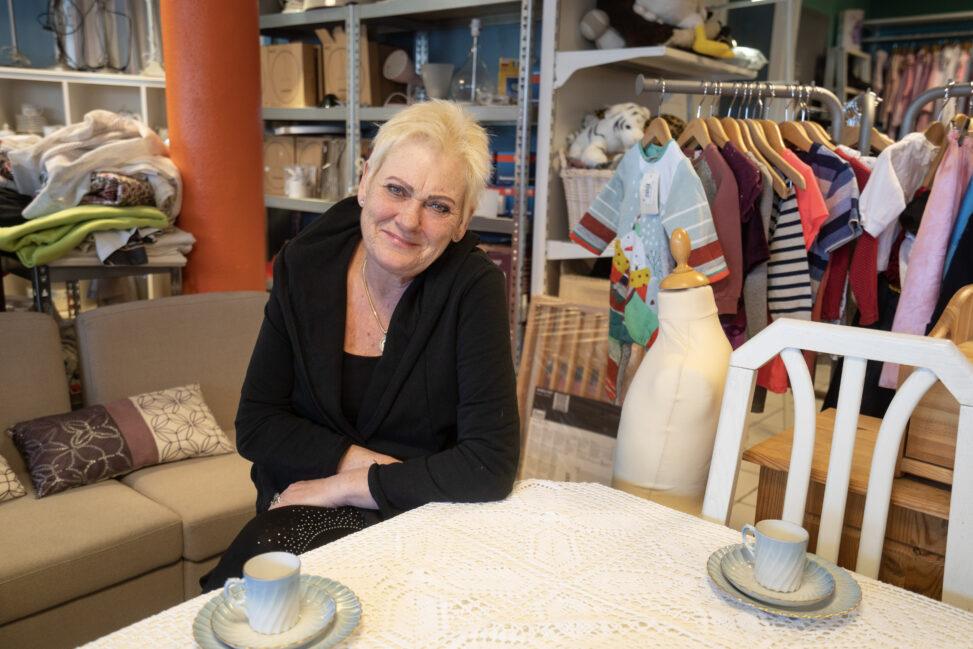 Lill-Ann Tellefsen i bruktbutikken i Drammen