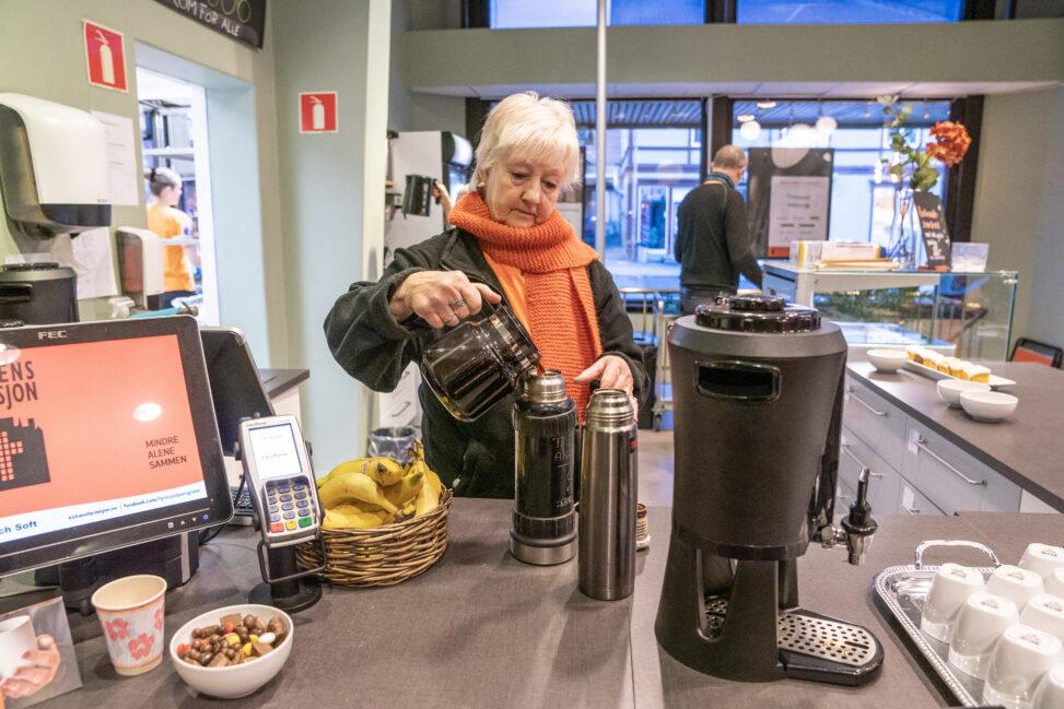Inger Lauklid skjenker kaffe i termos