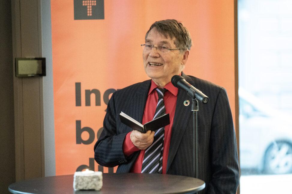 Gunnar Stålsett holder takketale etter å ha mottatt Brosteinprisen