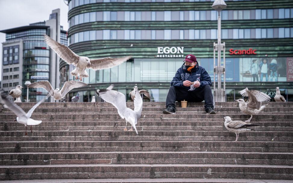 Mann på trappa utenfor Oslo S