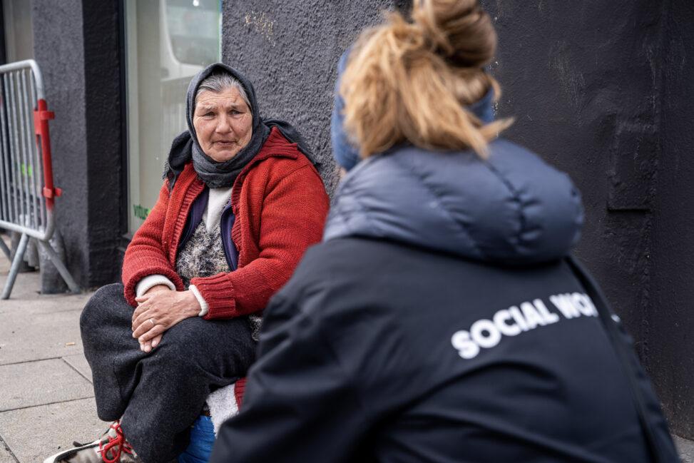 Elena fra Romania snakker med sosialarbeider Johanna