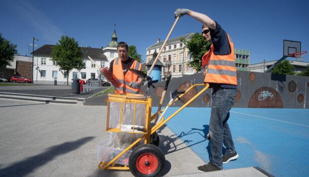 Rolf og Raymond er ute og gjør gatene i Gjøvik rene igjen
