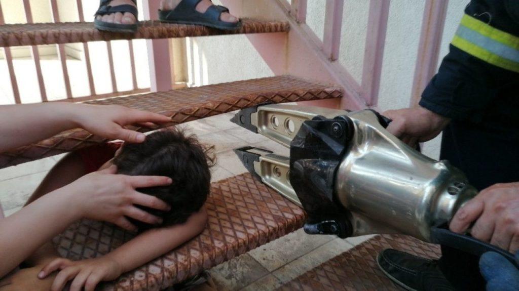 Yangın merdivenine kafası sıkışan çocuğu itfaiye kurtardı