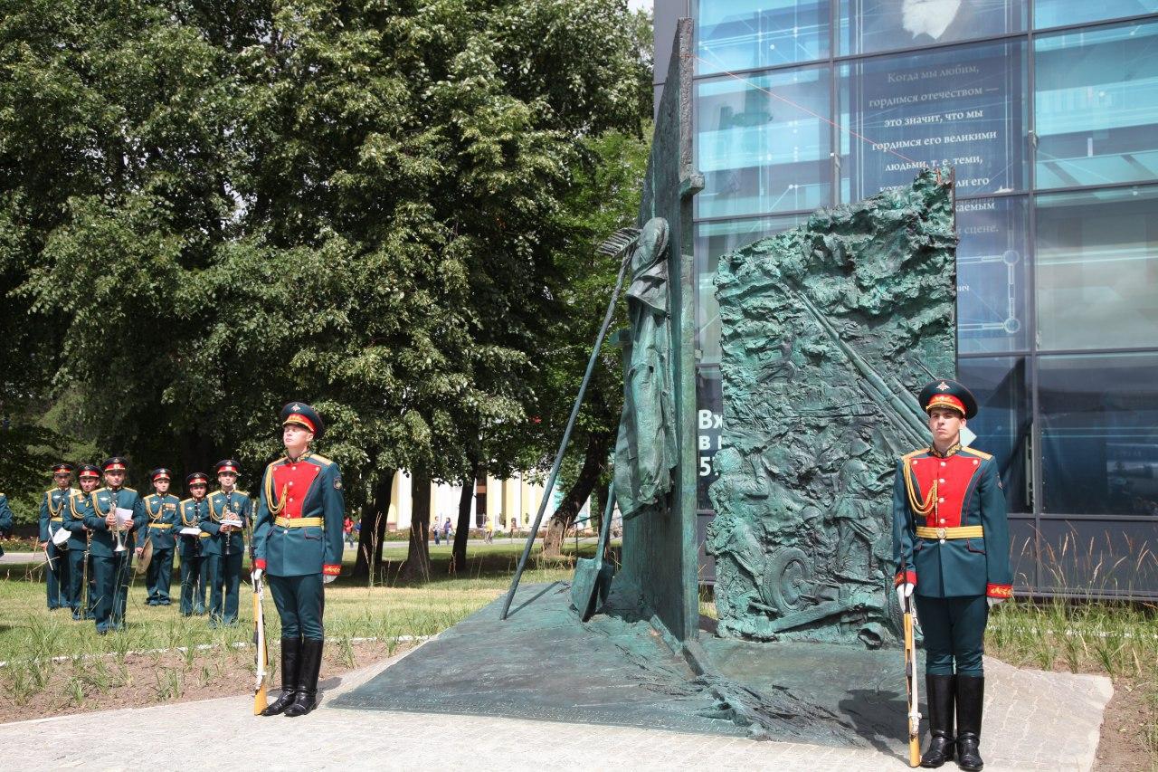 Память павших в ВОВ сотрудников ВДНХ почтили установкой монумента «Стена»