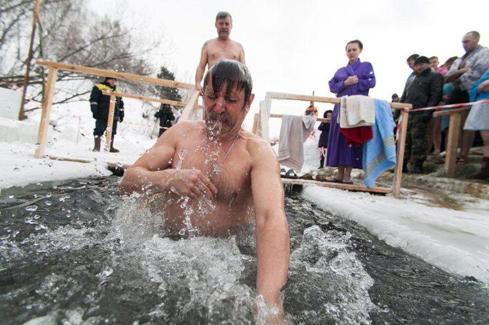 Следует ли принимать участие в крещенских купаниях?