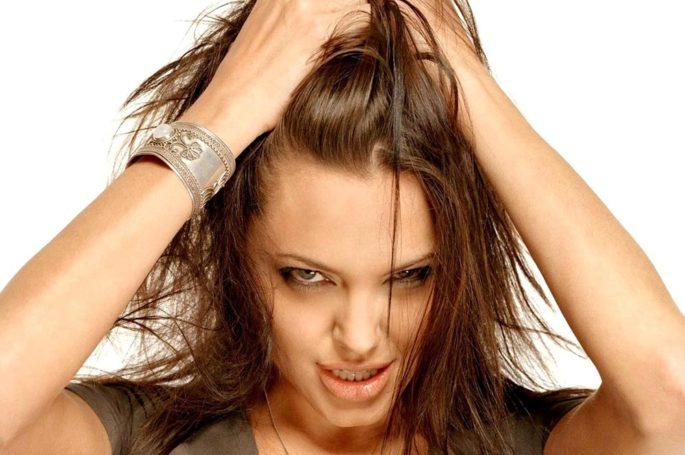 Голливудская звезда и режиссер Анджелина Джоли в пролёте