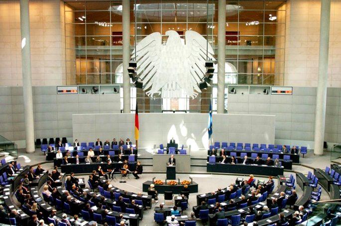 Почему немецкий парламент засунул язык в …