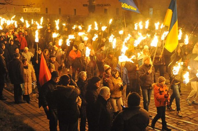 Факельное шествие необандеровцев  в Киеве с битием журналистов
