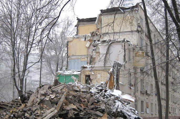 В СЗАО г. Москвы состоялся снос ветхого пятиэтажного дома в районе Хорошево-Мневники