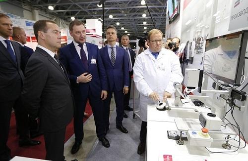 Премьер-министр РФ познакомился с продукцией российских компаний на выставке «Импортозамещение»