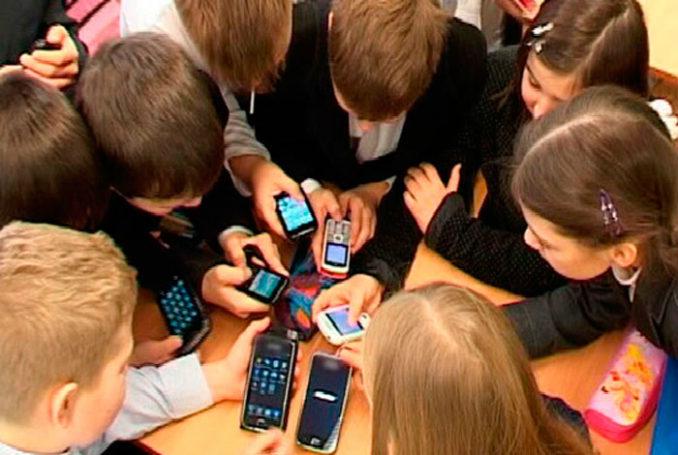 В Департаменте образования Москвы не видят причин запрещать гаджеты в школах