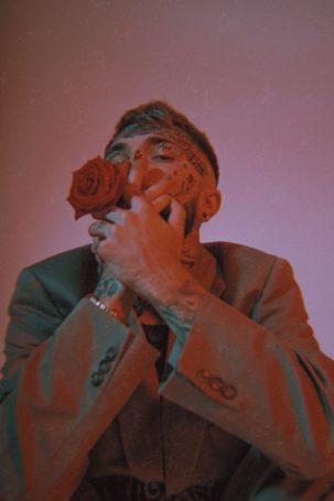 Рэп-исполнитель Ганвест осыпал своих фанатов цветами